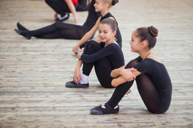 Kinder tanzen mit einem trainer in einem großen trainingsraum. Premium Fotos