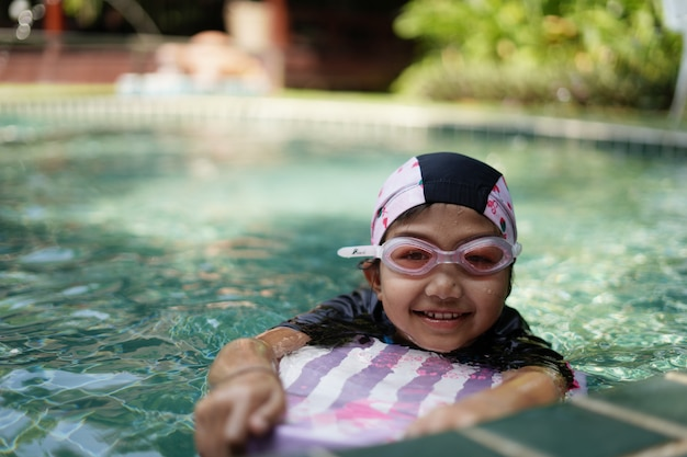 Kinder üben das schwimmen im pool. Premium Fotos