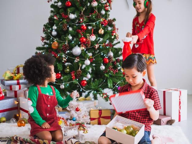 Kinder vieler nationalitäten feiern den weihnachtstag Premium Fotos