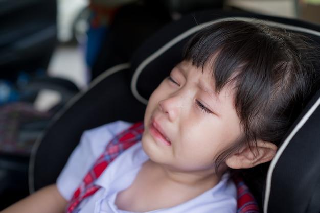 Kinder weinen, kleines mädchen weinen, traurig fühlen, junges mädchen unglücklich Premium Fotos