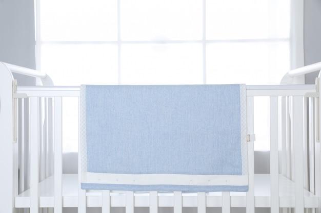 Kinderbett über großem fenster Premium Fotos