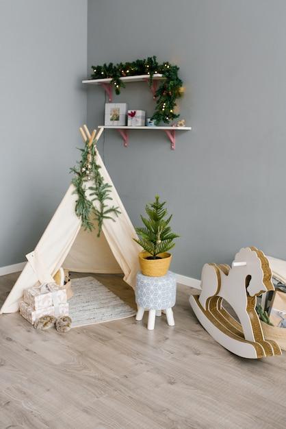 Kinderecke im zimmer, dekoriert für weihnachten und neujahr Premium Fotos