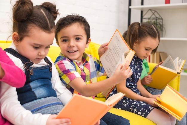 Kindergruppe, die bücher liest Kostenlose Fotos