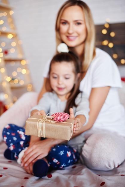 Kinderhände geben die weihnachtsgeschenke Kostenlose Fotos