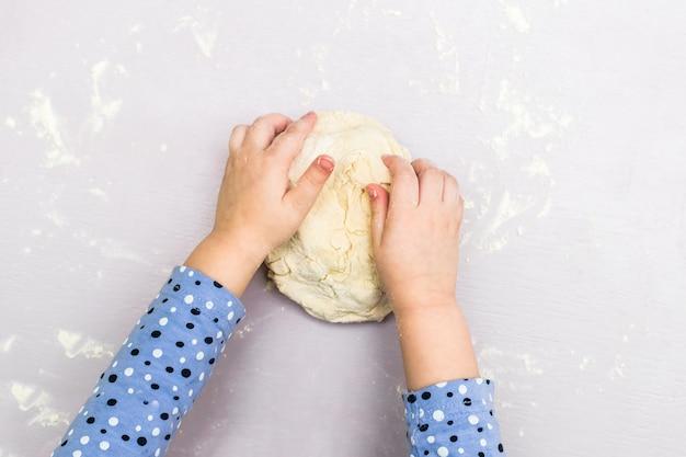 Kinderhände machen einen teig Premium Fotos