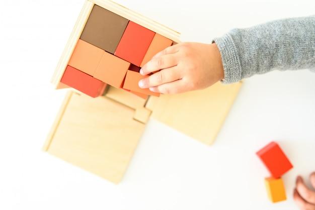 Kinderhände mit einem pädagogischen spielzeug für ihre kognitive entwicklung. Premium Fotos