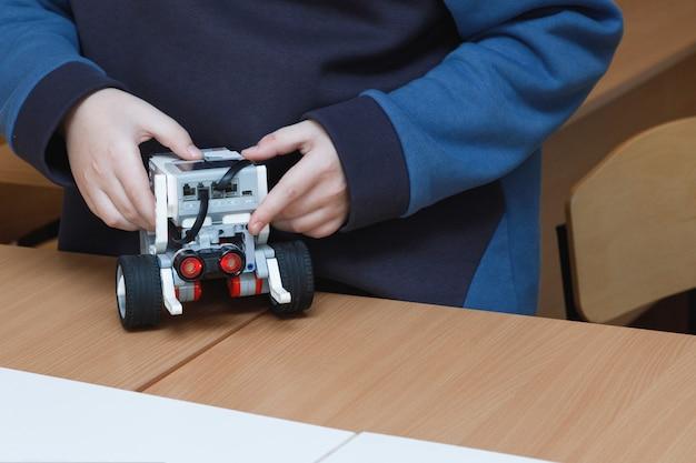 Kinderhände steuern spielzeugroboter Premium Fotos