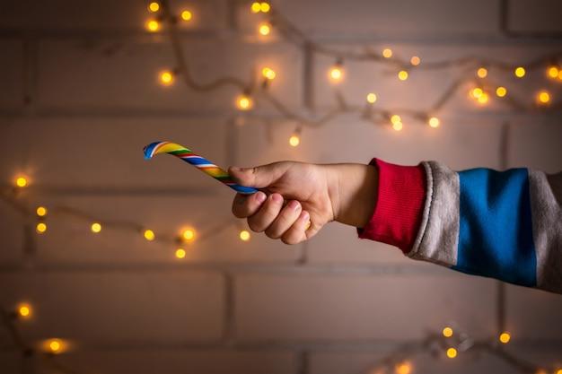 Kinderhand hält einen lutscher Premium Fotos