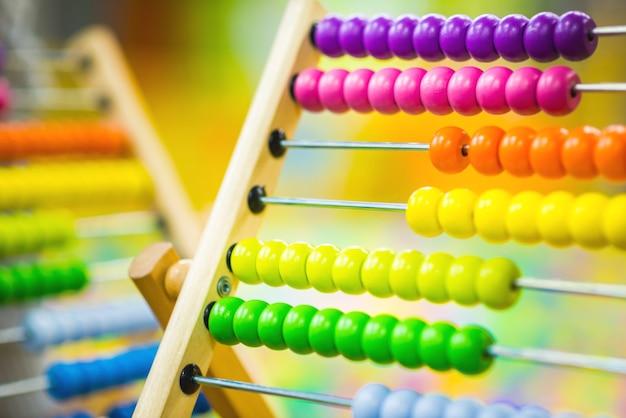 Kinderholz-abakus-spielzeug der hellen farbe im spielzimmer. umweltfreundliches spielzeug Premium Fotos