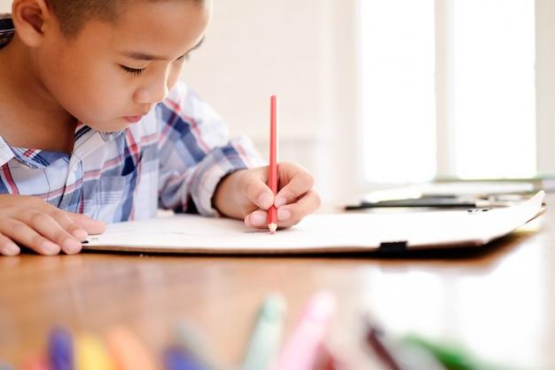 Kinderjungen-zeichnungsbild zu hause. Premium Fotos