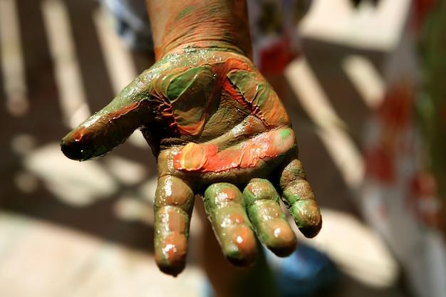 Kinderkünstlerhände, die bunt malen Premium Fotos