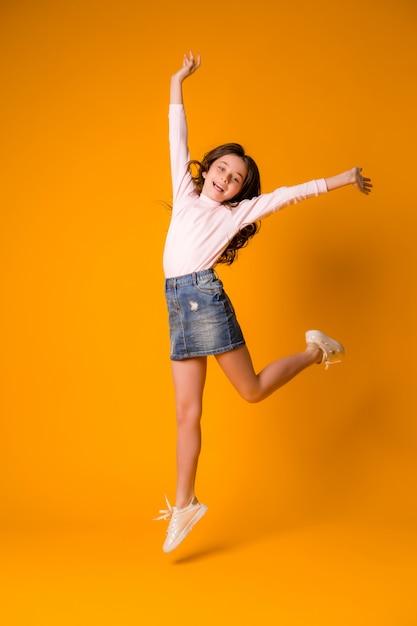 Kindermädchen, das glückliches mädchentanzen springt Premium Fotos