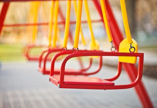 Kinderschaukel am spielplatz im freien nahaufnahme. Premium Fotos