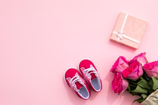 Kinderschuhe und geschenk zum geburtstag Kostenlose Fotos