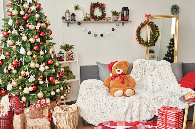 Kinderzimmer. weihnachtsinnenraum des kinderzimmers. neujahrsdekor und baum im kinderspielzimmer Premium Fotos