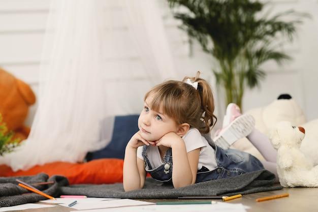Kindheit. junges mädchen zu hause Kostenlose Fotos
