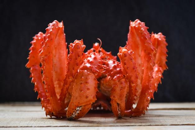 King crab gekochte dampfer-meeresfrüchte mit dunkelrotem alaska-krabben-hokkaido Premium Fotos