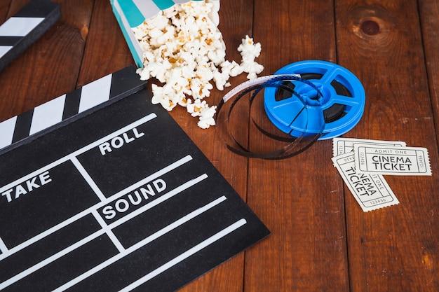Kinoattribute auf dem tisch Kostenlose Fotos