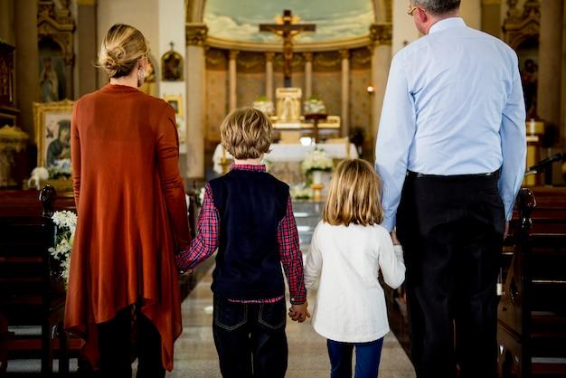 Kirchenleute glauben an religiöse familie Premium Fotos