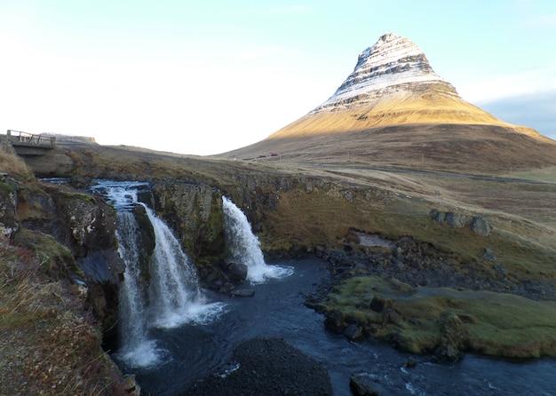 Kirkjufellsfoss-wasserfall und kirkjufell-berg in island Premium Fotos