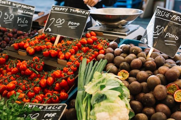 Kirschtomaten; passionsfrüchte auf dem hofmarkt Kostenlose Fotos