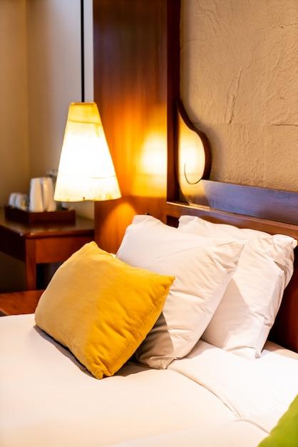 Kissen auf bettdekoration im schlafzimmer Premium Fotos