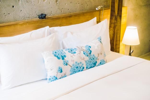kissen auf dem bett download der kostenlosen fotos. Black Bedroom Furniture Sets. Home Design Ideas
