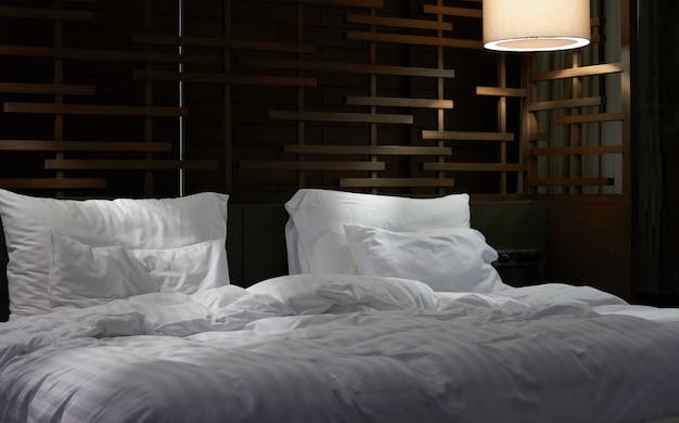Kissen und bettlaken im zimmer des hotels Premium Fotos