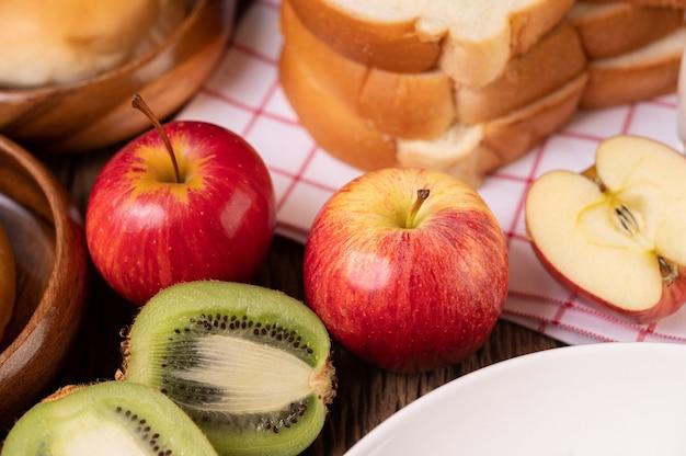 Kiwi, äpfel und brot auf dem tisch Kostenlose Fotos