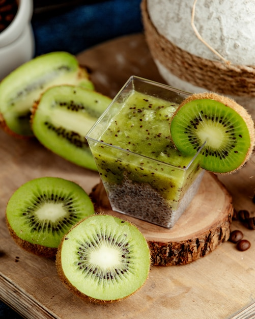 Kiwi detox mit vielen geschnittenen kiwi Kostenlose Fotos