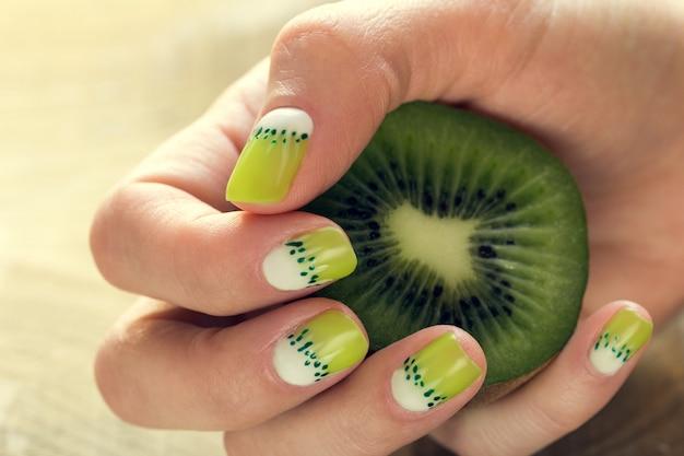 Kiwi-kunst-maniküre Premium Fotos