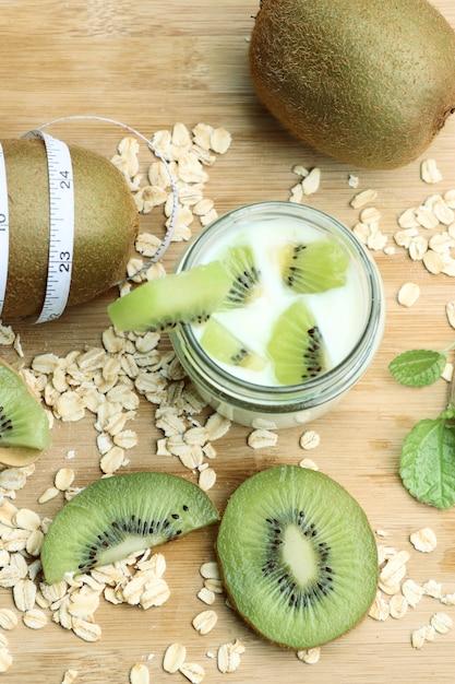 Kiwi mit smoothie-joghurt Premium Fotos