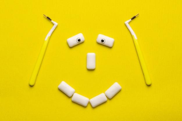 Klammern, die konzept mit lustigem lächelngesicht säubern, formten kaugummiauflagen. Premium Fotos