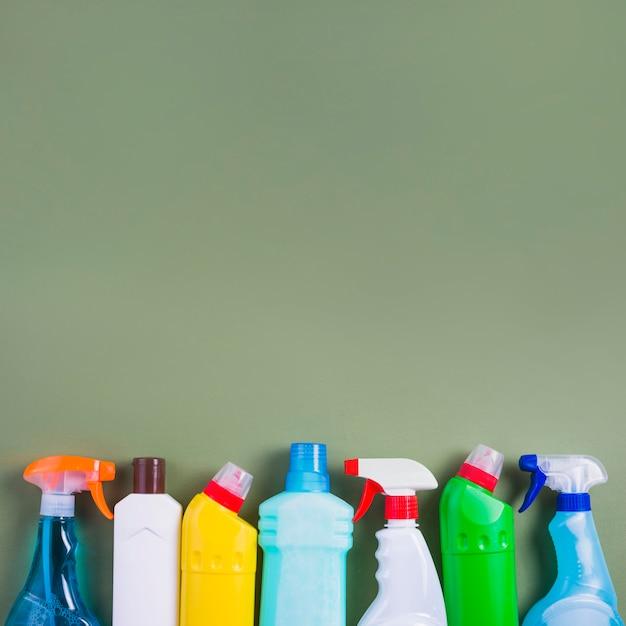 Klare plastikflaschen auf grünem hintergrund Kostenlose Fotos