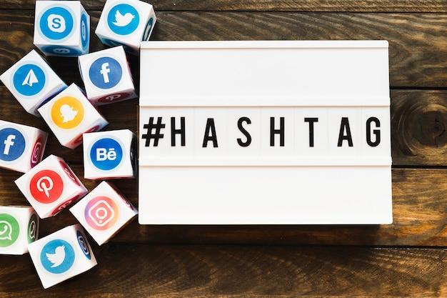 Klare social networking-ikonenblöcke neben hashtag text Kostenlose Fotos