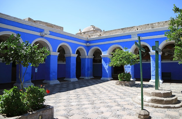 Klarer blauer bogen im kloster santa catalina (saint catherine), arequipa, peru Premium Fotos