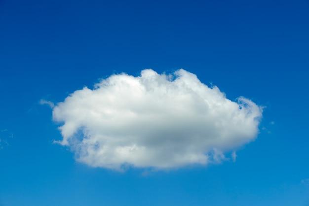 Klarer blauer himmel mit einer wolke Premium Fotos