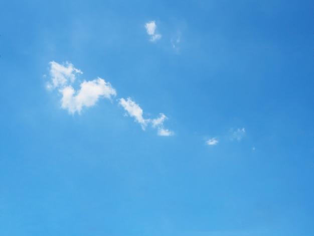 Klarer blauer himmel mit weißen wolken Premium Fotos
