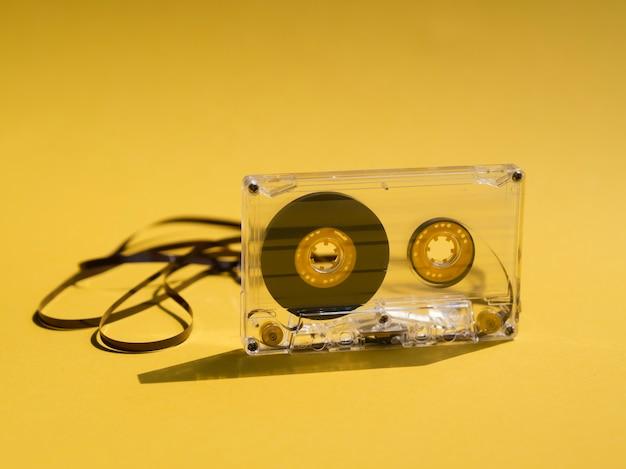 Klares gebrochenes kassettenband auf gelbem hintergrund Kostenlose Fotos