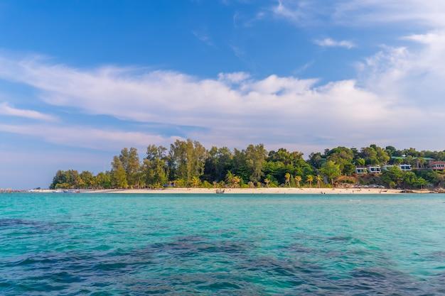 Klares wasser und schöner himmel in der paradiesinsel im tropischen meer von thailand Premium Fotos