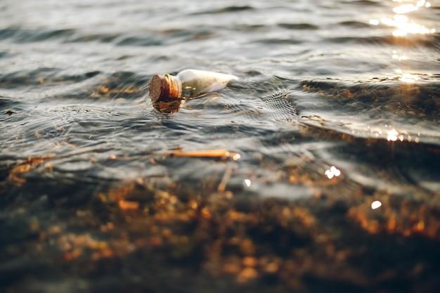 Klarglasfläschchen am gewässer Kostenlose Fotos
