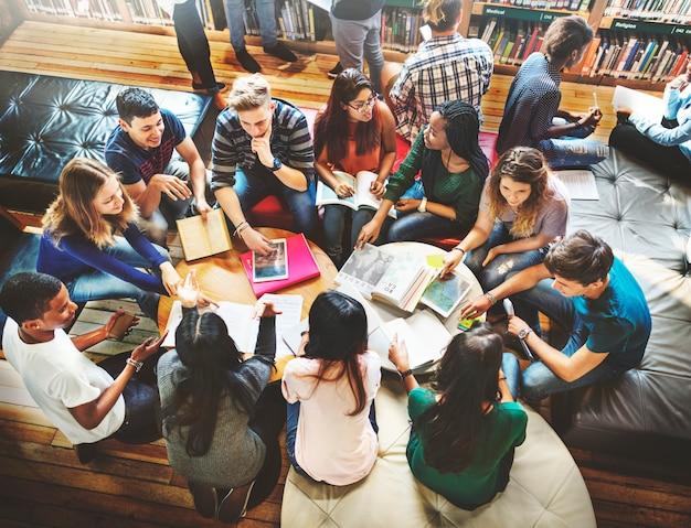 Klassenkamerad-klassenzimmer, das internationales freund-konzept teilt Premium Fotos