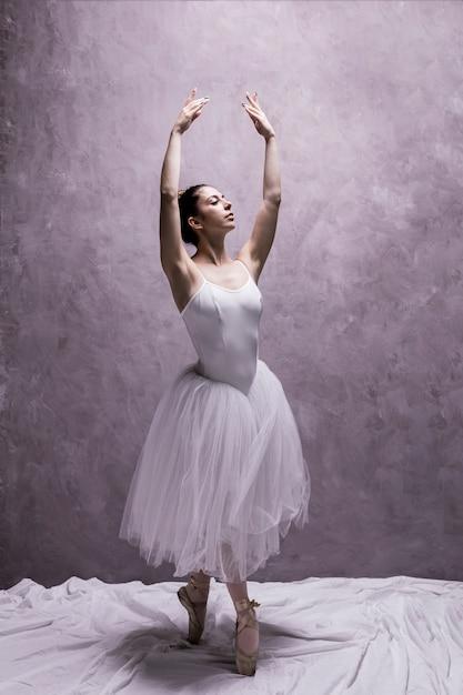 Klassische balletthaltung der vorderansicht Kostenlose Fotos