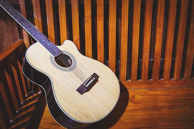 Klassische gitarre auf altem hölzernem hintergrund Premium Fotos