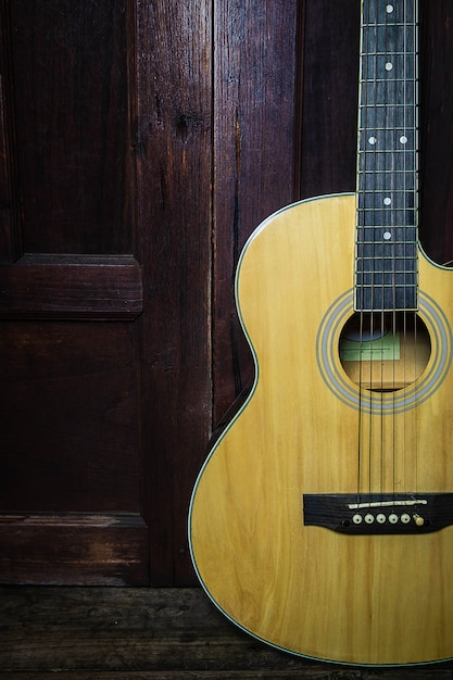 Klassische gitarre auf altem hölzernem Premium Fotos