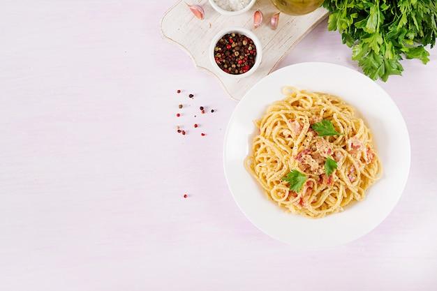 Klassische hausgemachte carbonara-nudeln mit pancetta, ei, parmesan-hartkäse und sahnesauce. Premium Fotos