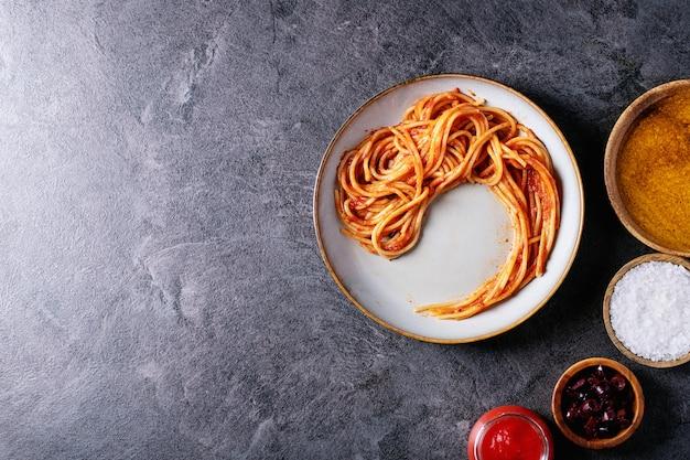 Klassische italienische spaghetti-sardellenteigwaren Premium Fotos