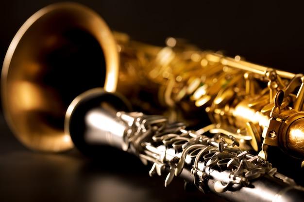 Klassische musik sax tenorsaxophon und klarinette in schwarz Premium Fotos