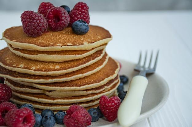 Klassische pfannkuchen mit früchten Premium Fotos