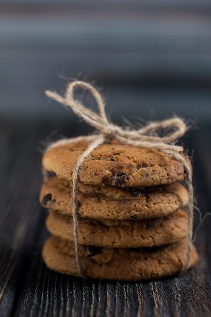 Klassische schokoladenkekse. amerikanische kekse. getontes foto. rustikaler stil. Premium Fotos